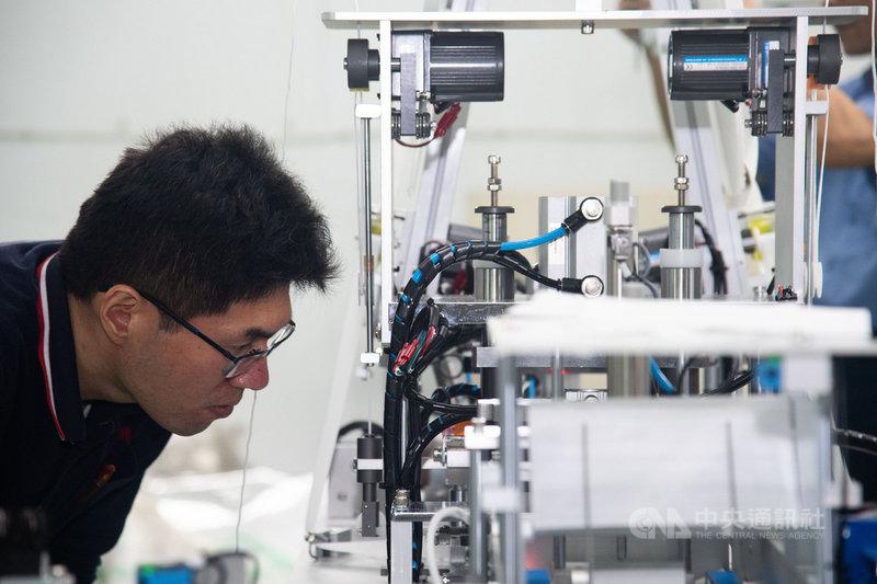 口罩機正式點交前,各家廠商會進行測試,員工緊盯零件細節,確保交到口罩製造商手上時,機器能夠完全發揮產能。中央社記者林俊耀攝 109年3月21日