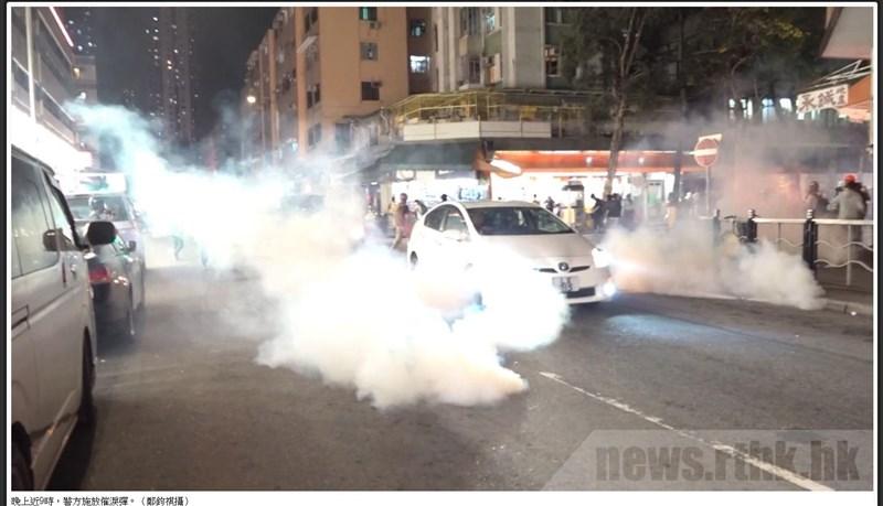 香港反送中「721元朗襲擊」事件滿8個月,示威者21日晚間聚集元朗一帶,有人以雜物設置路障,並投擲燃燒彈。香港警方在近9時施放催淚彈。(圖取自香港電台網頁rthk.hk)
