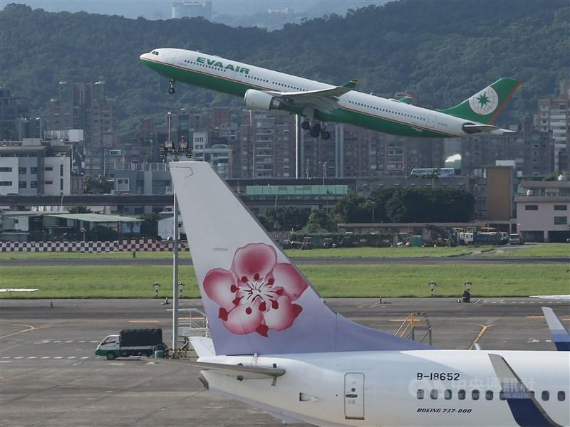武漢肺炎疫情全球大流行,為了加強防疫,繼長榮航空宣布拒載發燒旅客後,中華航空也宣布跟進。(中央社檔案照片)