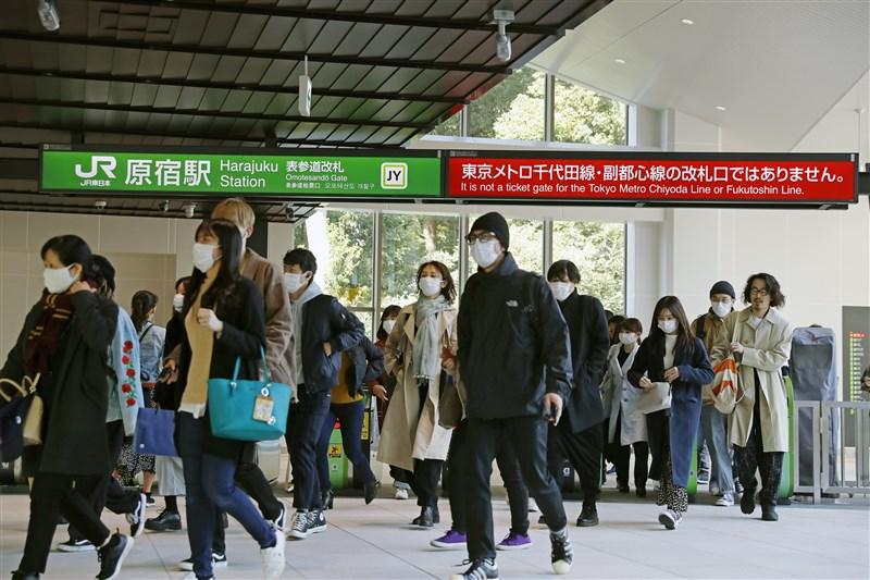 日本20日新增51人確診武漢肺炎。圖為日本民眾戴口罩進出車站。(共同社提供)