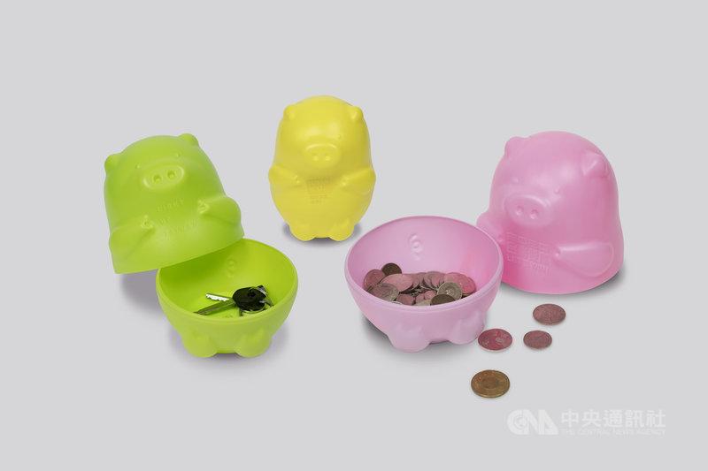 勇敢台灣團隊將三隻小豬撲滿疊合成俄羅斯娃娃的型式,可疊合收藏,也可拆成三隻小豬,當作撲滿或是置放在桌上的小物收藏紀念。(勇敢台灣團隊提供)中央社記者葉素萍傳真 109年3月22日
