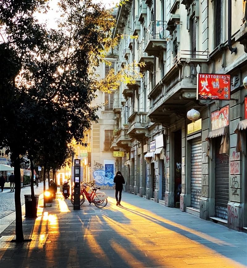 義大利21日通報793起感染武漢肺炎後不治病例,再創單日新高紀錄,累計死亡達4825人。圖為疫情下空蕩蕩的米蘭街頭。(中新社提供)