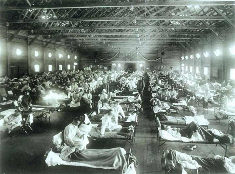 回顧1918年西班牙流感的歷史,可以發現上一次世紀疫災從哪裡開始至今沒有定論,但幾乎可以確定並非來自西班牙,且可能的來源包括中國在內。圖為美國堪薩斯州的軍營醫院,病房內被感染西班牙型流行性感冒的軍人塞滿。(圖取自維基共享資源網頁,版權屬公有領域)