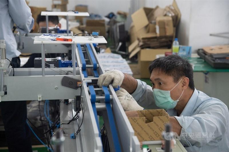 經濟部採購的成人口罩產線上週全數完成交機,部分已投入生產。預計4月上旬,可達平均日產能1300萬片水準。中央社記者林俊耀攝 109年3月21日