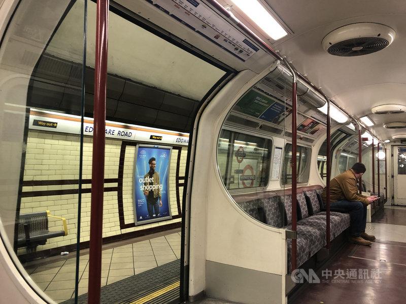 英國武漢肺炎疫情升溫,為了保持社交距離,許多人在家上班,地鐵搭乘人數驟減。中央社記者戴雅真倫敦攝 109年3月24日
