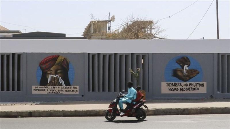 鑒於武漢肺炎疫情快速擴散,南非總統拉瑪佛沙宣布,將自3月26日午夜至4月16日午夜,全國封鎖3週。圖為南非畫家及塗鴉藝術家在牆上畫下的使用酒精消毒和打噴嚏的衛生步驟。(安納杜魯新聞社提供)