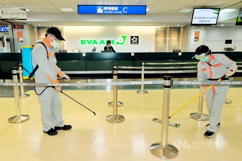 中央流行疫情指揮中心日前宣布,從台灣時間24日凌晨0時起至4月7日,全面禁止旅客來台轉機,但因為是以登機時間計算,據統計,預估仍有3985人搭上末班轉機潮,桃機公司表示,會做好消毒工作,不讓疫情入侵機場。中央社記者吳睿騏桃園機場攝 109年3月24日