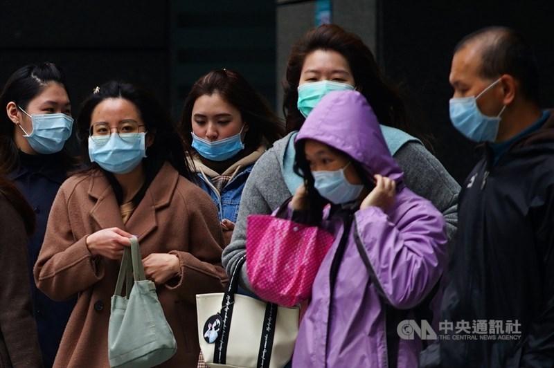 指揮中心24日表示,是否封城要看疫情判定,但相關作為都已整備,封城的前提是本土疫情大爆發、有顯著社會性傳播。圖為台北街頭民眾戴口罩防疫。中央社記者王騰毅攝 109年3月5日