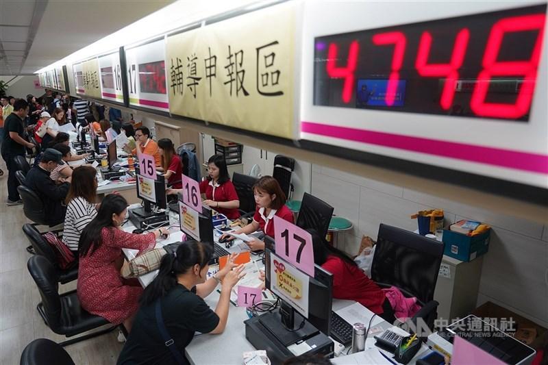 因應武漢肺炎衝擊產業,行政院24日宣布,一般個人所得稅可申請緩繳最長1年。(中央社檔案照片)