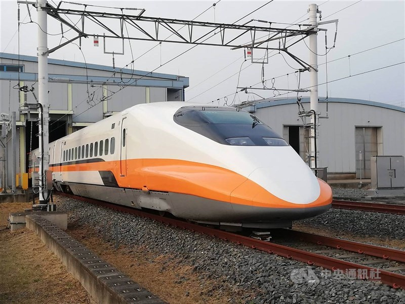 台灣高鐵公司24日表示,為加強防疫4月6日起針對進站旅客全面實施體溫測量。(中央社檔案照片)