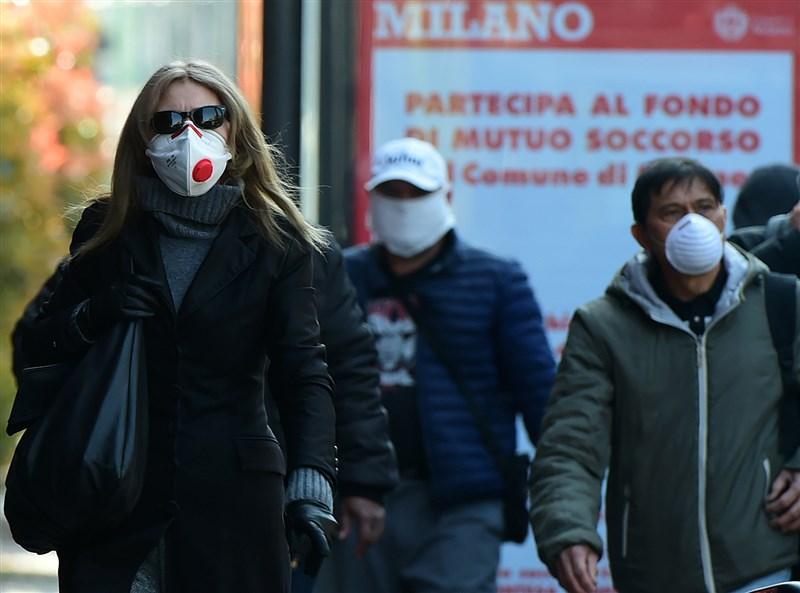 義大利與馬來西亞近來傳出獲中國捐贈防疫物資,但遭記者踢爆其實物資都是花錢買的,相關消息顯然是刻意誤導民眾。圖為米蘭民眾戴口罩上街。(安納杜魯新聞社提供)