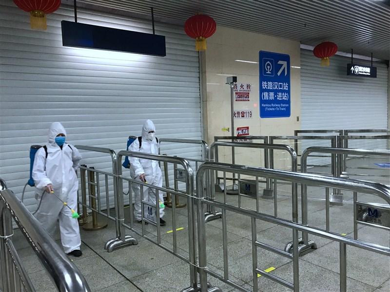 湖北省政府宣布,武漢則將在4月8日零時起,解除通道管控措施,恢復對外交通。圖為武漢市對地鐵全線、車輛進行消毒,為恢復運營做好準備。(中新社提供)