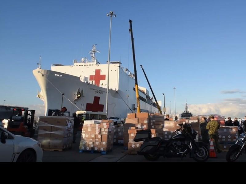 美國海軍「仁慈號」醫療艦23日從聖地牙哥啟程,幾天之內將在洛杉磯港靠岸,為武漢肺炎疫情嚴峻的加州提供1000張病床。(圖取自facebook.com/USNavy)