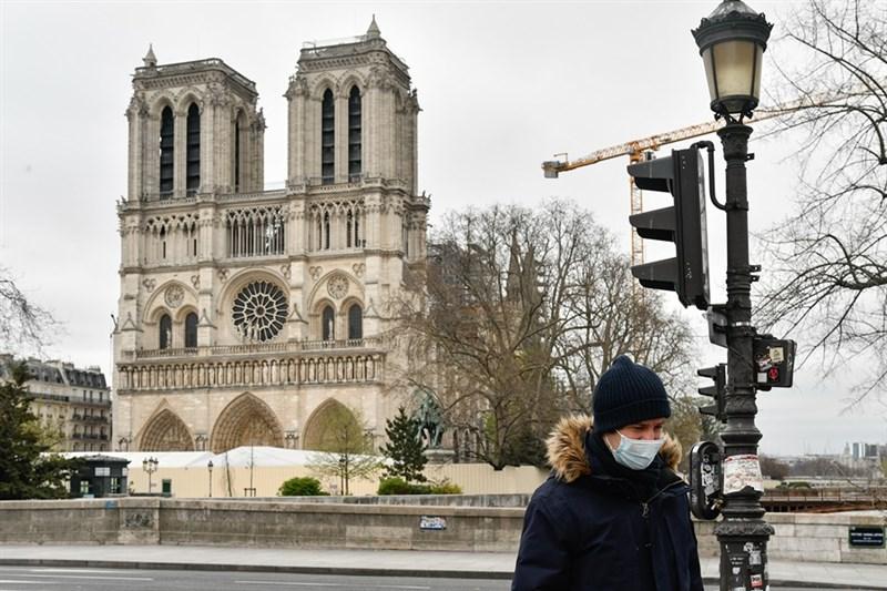 法國武漢肺炎23日新增3176例確診,累計近2萬例,總理菲力普宣布將實施嚴格的外出禁令,表示閉關可能再持續數週。圖為聖母院前不見往日如織遊客。(安納杜魯新聞社提供)