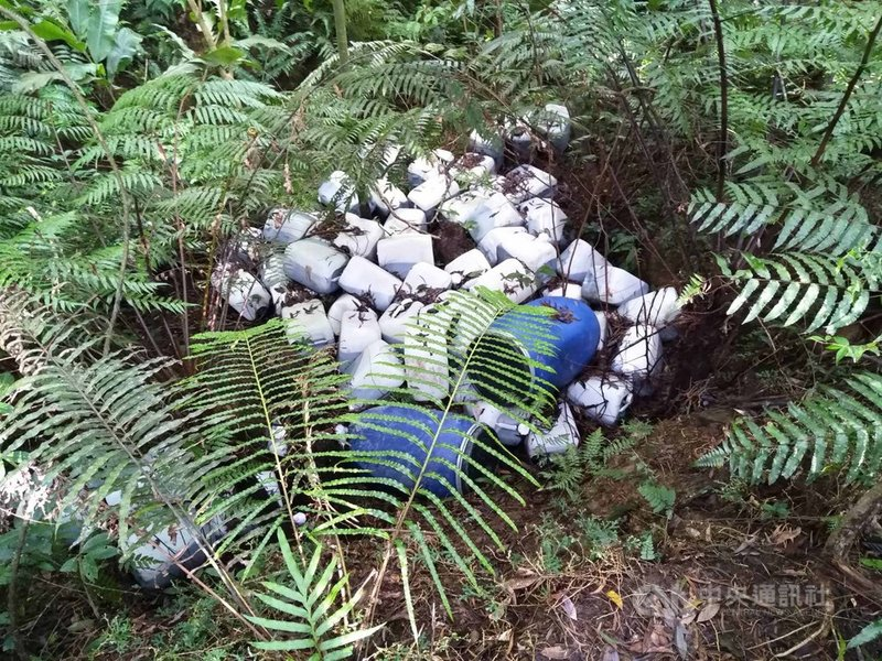 環保署北區環境督察大隊去年接到台北水源特定區管理局通報,新北市新店區翡翠水庫集水區遭人棄置多桶廢液,透過環檢警結盟機制,查獲不法業者將廢液桶丟在集水區,成功阻止大台北地區600萬人飲用水源遭受污染。(環保署提供)中央社記者張雄風傳真  109年3月25日