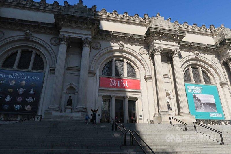 受武漢肺炎疫情衝擊,紐約大都會藝術博物館預計封館至7月,館方預估短期內將虧損1億美元。圖為美東時間18日大都會藝術博物館大門冷清景象。中央社記者尹俊傑紐約攝  109年3月25日