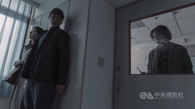 演員張孝全(左2)與許瑋甯(左)在影集「誰是被害者」中組成鑑識官與記者的另類拍檔,兩人背著飾演刑警隊長的王識賢(右),私下追查案情,險曝光行蹤。(Netflix提供)中央社記者葉俐緯傳真 109年3月25日