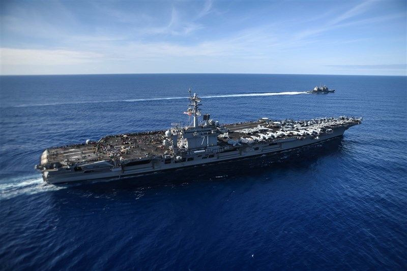 美國海軍24日通報,部署於太平洋的航空母艦「羅斯福號」(前)上發現3起武漢肺炎確診病例。(圖取自facebook.com/pg/USSTheodoreRoosevelt)