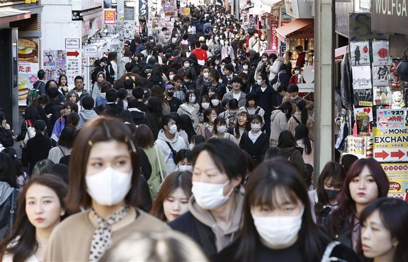 日本境內武漢肺炎疫情持續延燒,截至27日上午止共有1402例,若加上鑽石公主號總計有2114例。其中以東京都疫情最為嚴重,累計已有259例。圖為25日東京原宿人潮。(共同社提供)