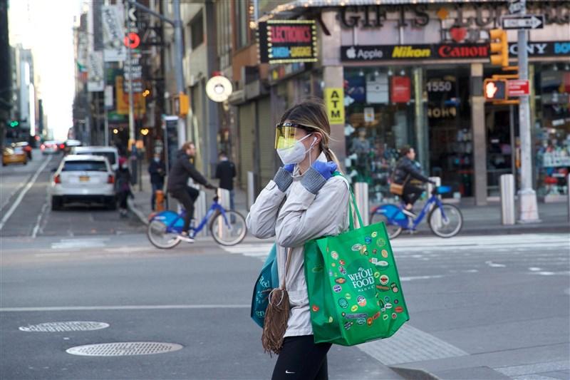 美國武漢肺炎疫情持續蔓延,白宮防疫任務小組成員佛奇警告,武漢肺炎有可能成為季節性疾病。圖為紐約民眾為防疫戴口罩、護目鏡上街。(中新社提供)
