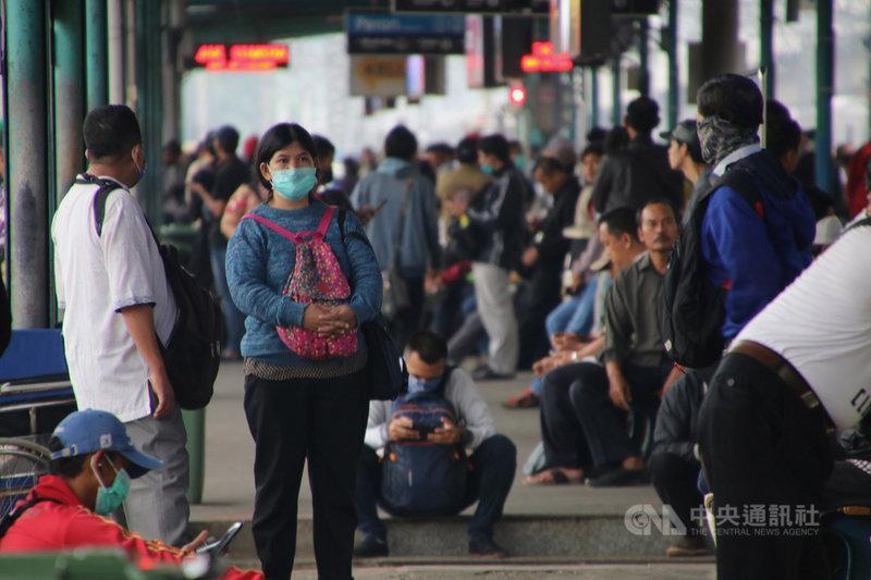 雅加達及周邊地區人口密集,通勤列車是主要通勤工具,平日擁擠不堪。但因雅加達已進入緊急狀況,上班人潮減少許多,27日清晨的曼加拉車站仍有相當多乘客。中央社記者石秀娟雅加達攝 109年3月27日