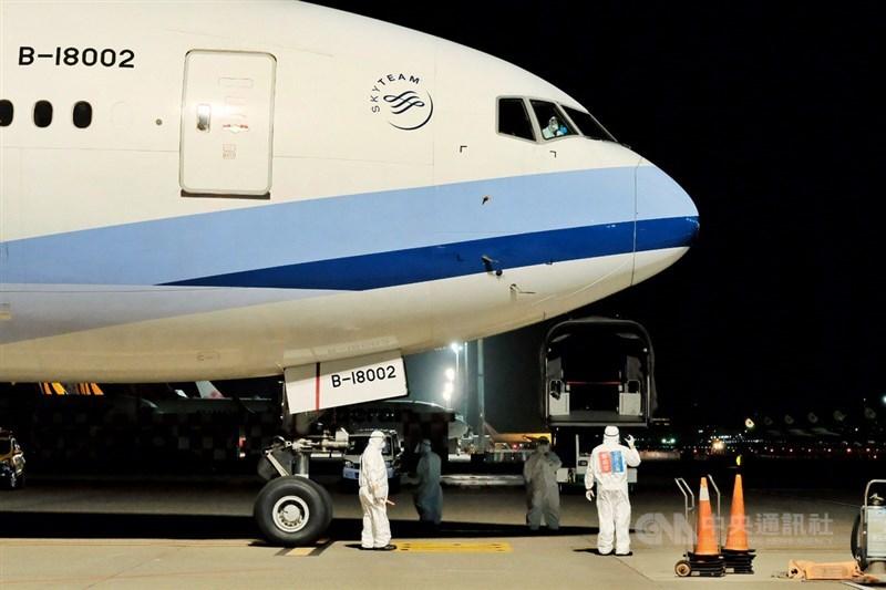 歷經一個多小時的飛行,接回滯留中國湖北的台灣民眾類包機,29日晚間返抵國門,153名旅客平安返台,順利完成任務,機師忍不住對著鏡頭比讚。中央社記者吳睿騏桃園機場攝 109年3月29日