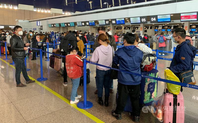 首趟「湖北類包機」29日晚間自上海起飛,滯留湖北台人徹夜趕來,共153人辦理登機。中央社記者沈朋達上海攝 109年3月29日
