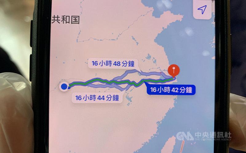 一位滯留湖北的台灣民眾向記者展示從家中到上海的路程,1400多公里,花上近17個小時。中央社記者沈朋達上海攝  109年3月29日