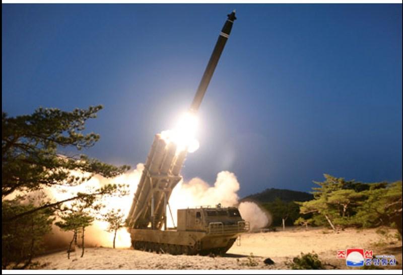北韓媒體中央通信社與勞動新聞30日報導,朝鮮人民軍成功試射超大型火箭砲(圖);軌道型移動發射車輛搭載6個發射管,外型類似北韓2019年7、8月稱曾試射的新型大口徑武器。(圖取自北韓中央通信社網頁kcna.kp)
