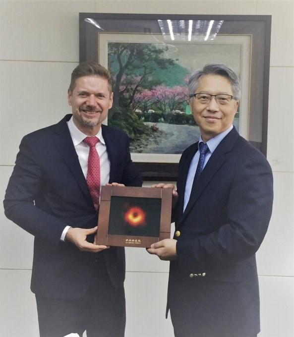 中研院30日證實,院長廖俊智(右)27日已與加拿大駐台北貿易辦事處處長芮喬丹會面,並討論合作抗疫。(圖取自facebook.com/CANADATPE)
