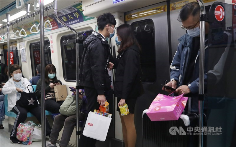 交通部長林佳龍31日表示,4月1日起旅客戴口罩才能進站搭乘大眾運輸。(中央社檔案照片)