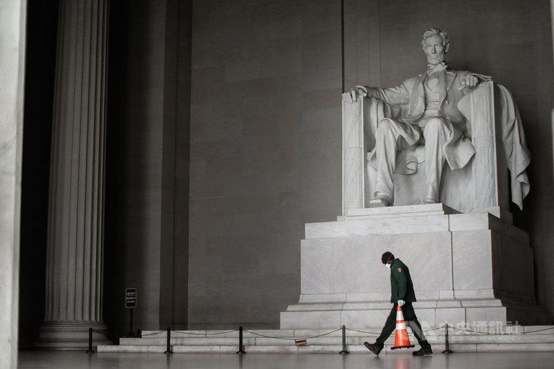 美國武漢肺炎確診數已突破30萬大關,成為全球最大疫區。政府反應慢半拍、官員民眾輕忽態度等,都在美國失控疫情中扮演關鍵角色。圖為美國首都華盛頓的林肯紀念堂。中央社記者徐薇婷華盛頓攝 109年4月5日