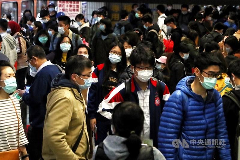 美國有線電視新聞網報導,從台灣的表現足可看出,無須像中國那樣祭出封城等嚴厲手段,民主國家不用嚴格封鎖,一樣能控制疫情。圖為台鐵旅客戴起口罩配合防疫。中央社記者王騰毅攝 109年4月1日