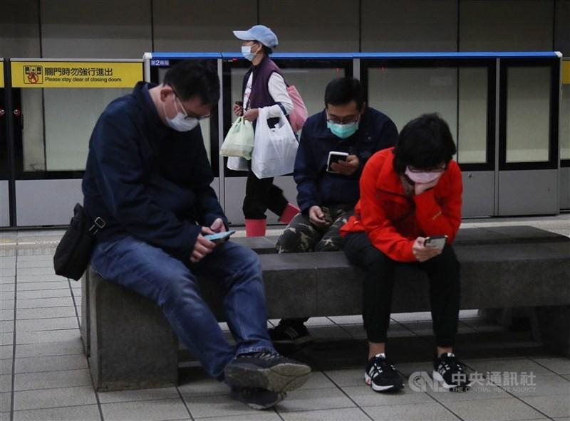 因應武漢肺炎(2019冠狀病毒疾病,COVID-19)疫情,中央流行疫情指揮中心宣布,搭乘大眾運輸工具應戴口罩。台北捷運公司表示,截至4日上午11時運量12.7萬人,約1600人經勸導後戴上口罩進站搭乘、200人離開車站,無強制開罰情形。中央社記者張新偉攝 109年4月4日