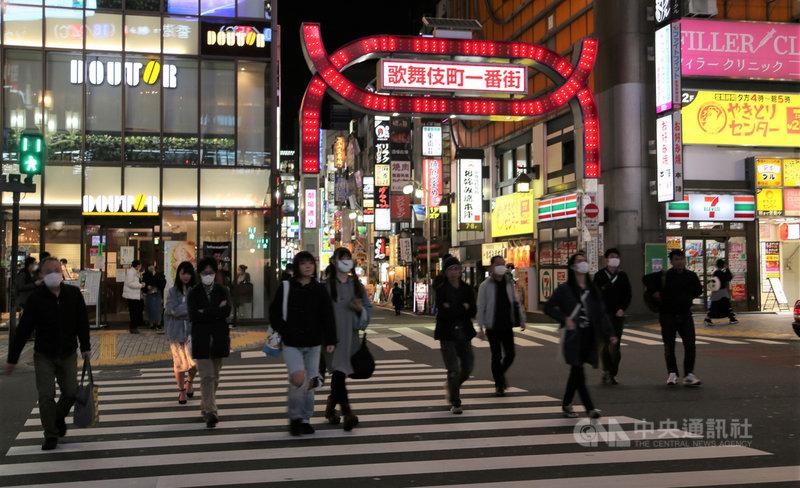 日本面對武漢肺炎疫情擴大,東京都知事小池百合子強調國難當頭,呼籲民眾週末盡量不要夜間外出,但東京新宿鬧區4日還是可看到年輕人逛街購物。中央社記者楊明珠東京攝 109年4月5日