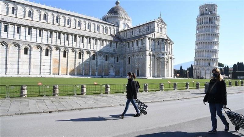 義大利4日通報感染武漢肺炎且收治在加護病房的重症病患人數首度下滑。圖為知名景點比薩斜塔前零星民眾經過。(安納杜魯新聞社提供)