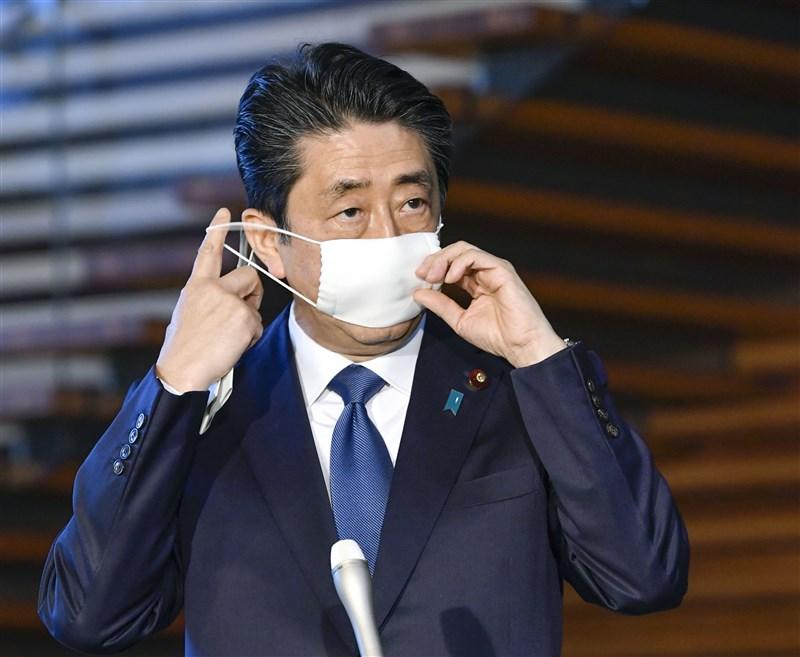 武漢肺炎疫情擴大,日本首相安倍晉三6日表示,快則明天將對東京、千葉等7都府縣發布「緊急事態宣言」,為期1個月。(共同社提供)