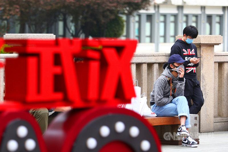 武漢市封城76天,即將在8日解封。不過有專家推估,目前當地的無症狀感染者至少還有1萬至2萬人,防控仍不得鬆懈。圖為4月2日,武漢民眾外出購物後,在路邊休息。(中新社提供)中央社 109年4月7日