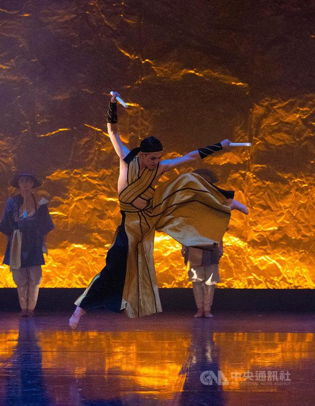 3月14日,台灣芭蕾舞者梁秩傑參與英國北方芭蕾舞團首(中)演編舞家丁達爾(Kenneth Tindall)最新芭蕾舞劇「藝伎」(Geisha)。(梁秩傑提供,攝影/Emma Kauldhar)中央社記者胡玉立多倫多傳真 109年4月7日