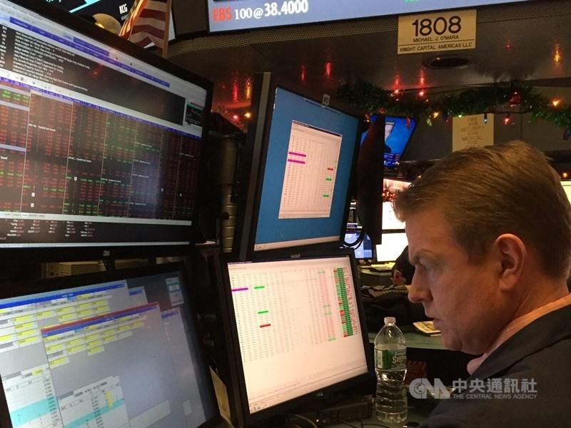 美股7日劇烈震盪,道瓊指數早盤一度飆漲937點,午盤無力守成,終場下挫26點。(中央社檔案照片)