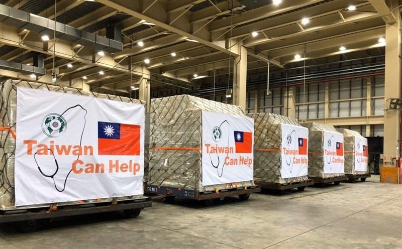 台灣宣布捐200萬片口罩給美國,美國政府上下接連出現挺台言論與行動。圖為外交部推文發布捐贈口罩照片,箱上有「台灣能幫忙」字樣。(圖取自twitter.com/MOFA_Taiwan)