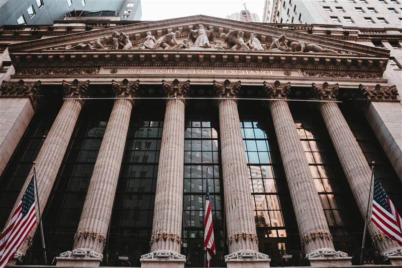 美股17日買氣旺盛,道瓊指數猛漲704點,2月以來首見週線連2紅。圖為紐約證券交易所。(圖取自Unsplash圖庫)
