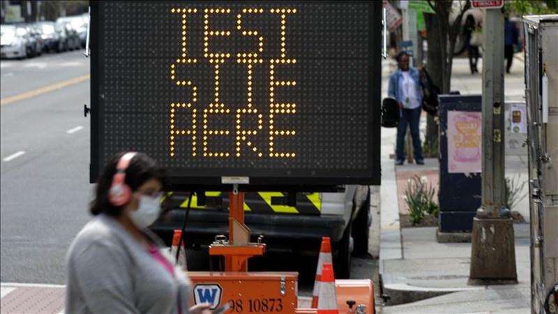 美國武漢肺炎確診人數逼近50萬例,總統川普預告最快14日將成立第2個疫情工作小組,專責處理重啟國家事務。圖為美國華府街頭民眾戴口罩上街。(安納杜魯新聞社提供)