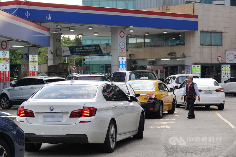 國際油價跌勢暫歇,稍有回檔,台灣中油公司12日宣布,13日凌晨零時起,汽、柴油價格每公升各調漲新台幣0.6元,終止連六降。中央社記者鄭傑文攝 109年4月12日