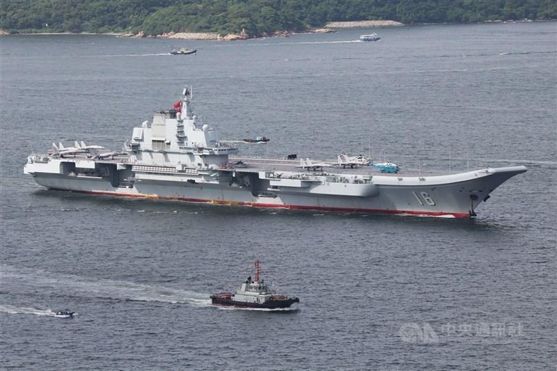 國防部表示,共軍航空母艦遼寧號(圖)編隊及所屬5艘護衛艦12日由東海航經宮古水道後,13日由台灣東部外海經南部海域繼續往南行駛。(中央社檔案照片)