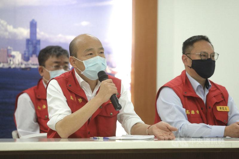 高雄市政府13日召開防疫會議,加碼規劃要對八大行業的其它業者採實名登記。市長韓國瑜(左)出席主持會議。中央社記者董俊志攝 109年4月13日