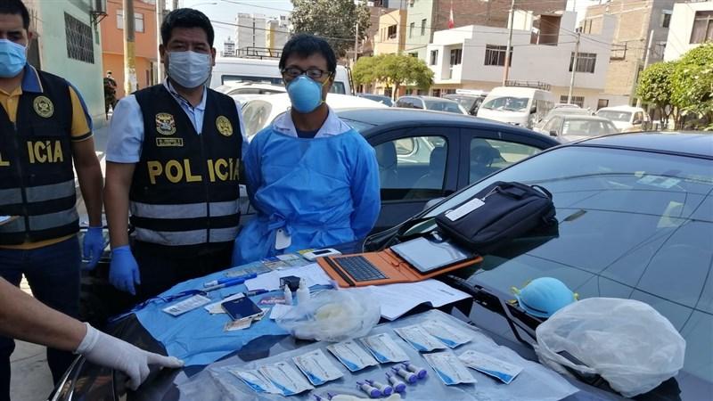 秘魯首都利馬警方12日逮捕一名中國男子,原因是他以竊自衛生當局的檢測器具,違法對民眾進武漢肺炎快篩。(圖取自twitter.com/PoliciaPeru)