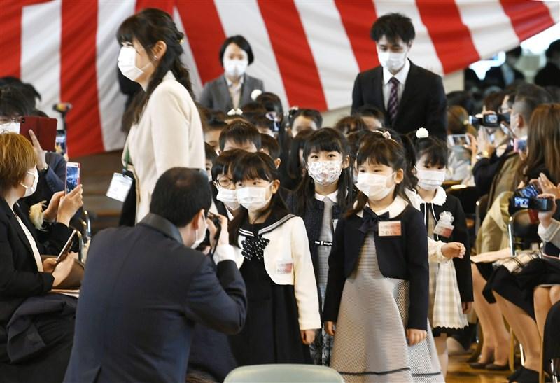 札幌市內高中以下各級學校上週才復課,受到「緊急共同宣言」公布影響,又將再度停課。圖為6日札幌市幌西小學開學,新生戴口罩參加入學典禮。(共同社提供)