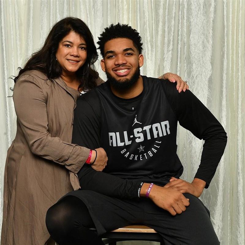 美國職籃球星湯斯(右)兩週之前才剛拍攝短片,坦言母親染疫。球隊13日證實湯斯的媽媽賈桂琳(左)過世,稱她是「兒子的頭號球迷」。(圖取自賈桂琳IG網頁instagram.com/cruzja3232/)