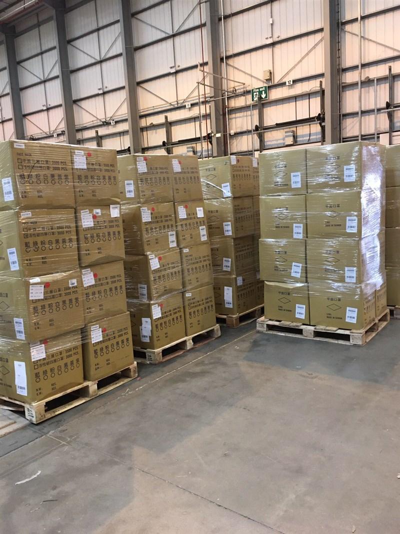 援贈歐洲的700萬片口罩近日陸續抵達,13日從法蘭克福由卡車載送,經陸路抵達英國,由駐英國代表處轉交。(圖取自twitter.com/Taiwan_in_UK)